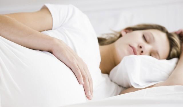 孕妇睡觉的姿势对胎儿的生长