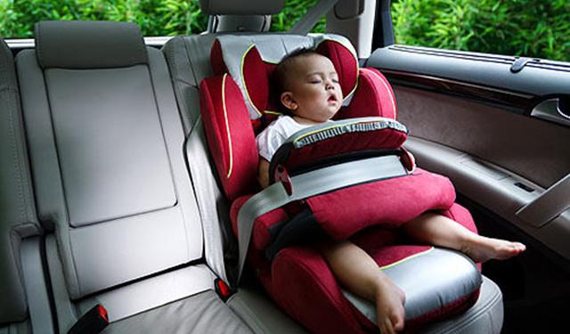 这种安全座椅先通过汽车安全带固定在汽车上