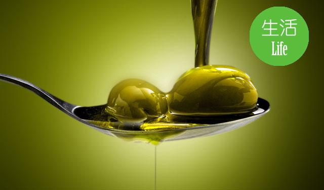一直以来,橄榄油都被认为是一种健康的食用油。除了食用,许多人还会用它来涂抹皮肤,也有许多护肤乳液中使用了橄榄油,宣称它能带来普通油脂不具备的美容护肤功能。油本身就有助于保湿,而其中的抗氧化剂在外用的情况下对于紫外线造成的氧化损伤也有一定保护作用。所以,有人觉得橄榄油护肤品有效也并不奇怪。但要想确切知道它是不是有效,还要靠现代科学的方法来检验。 橄榄油对皮肤有益吗? 有不少研究评估过橄榄油对皮肤保护的影响。比如2008年的《儿童皮肤病学》(Pediatric dermatology)期刊就发表过澳大利