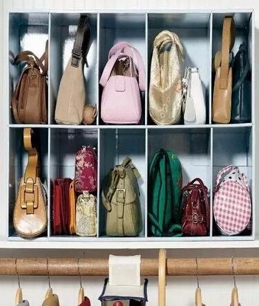 用上分割盒,拿取效率增倍! 如果你没有这样的柜子怎么办?大小合适的的带透明板的鞋盒,可以有效帮助你收纳包包,还能防尘。 举例就到这里了,这一类内容有不少书可以借鉴,例如《断舍离》。 断舍离这个理念,也许能帮你把那些不必需、不合适、令人不舒适的东西统统断绝、舍弃、切断对他们的眷念。作者认为,当你开始舍弃,你会发现生活变得不一样,更轻松舒适。 姑娘们,买买买以后,也要认真对待你的战利品阿。 作者:Modish饼,摘自《不停买买买,为什么还总是没衣穿?》(原文有删改)。